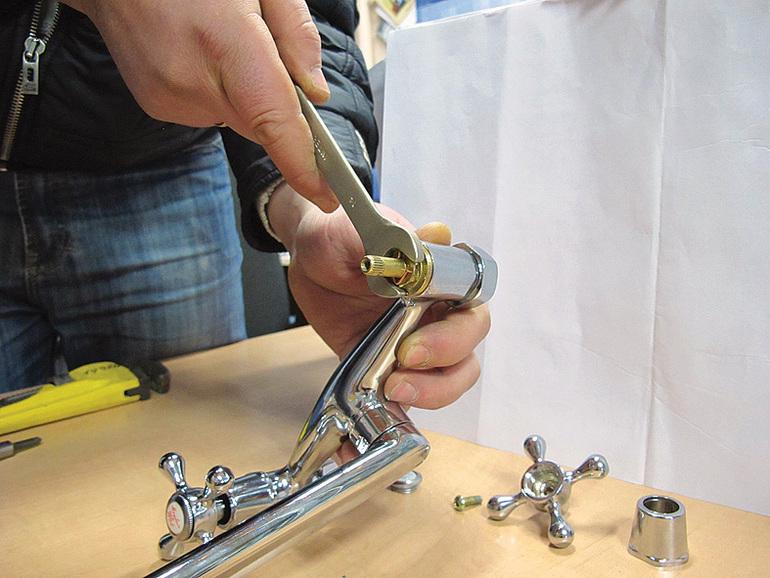 Поменять прокладку в кране: как определить место утечки, замена уплотнителей в смесителях на кухне и в ванной