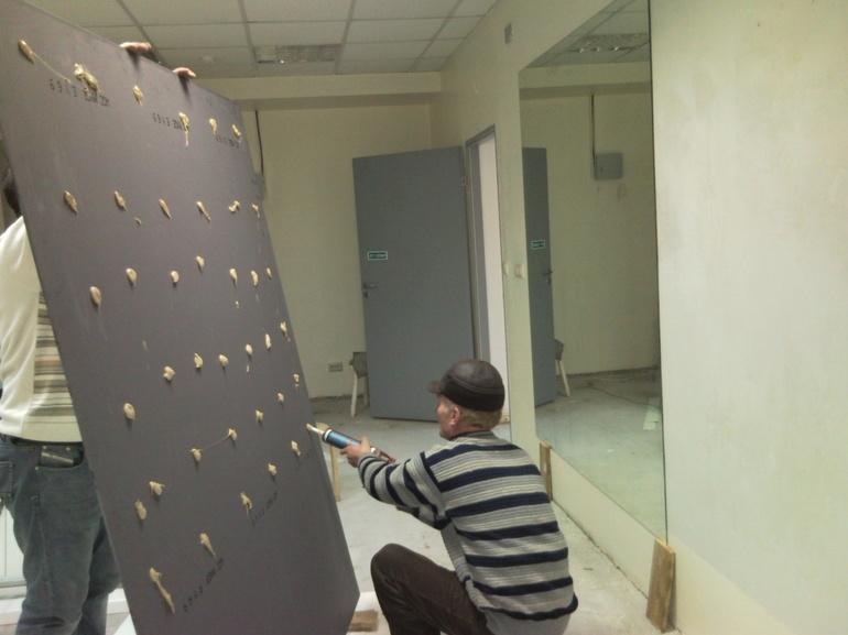Как самостоятельно повесить зеркало на стену: способы крепления своими руками, выбор крепежей