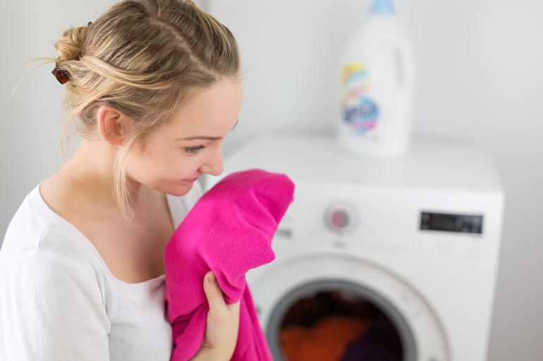 Запах в стиральной машинке: как избавиться подручными средствами, почему в барабане появляется вонь