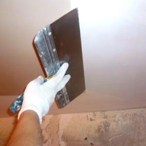 Как быстро смыть побелку с потолка?