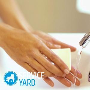 Как убрать клей момент с рук?
