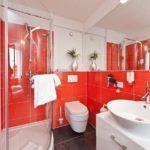 Дизайн ванной комнаты в красно-белом цвете
