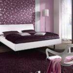 Дизайн поклейки обоев двух видов в спальне
