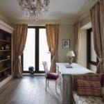 Дизайн комнаты с двумя окнами на разных стенах