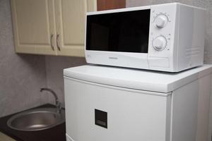 Можно или нельзя ставить микроволновку на холодильник