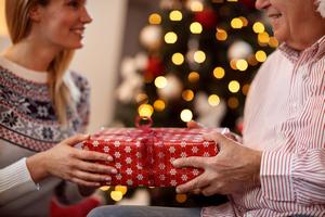 Что подарить родителям на Новый год: советы по выбору презента