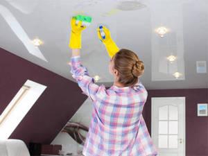 Как быстро помыть натяжной потолок без разводов